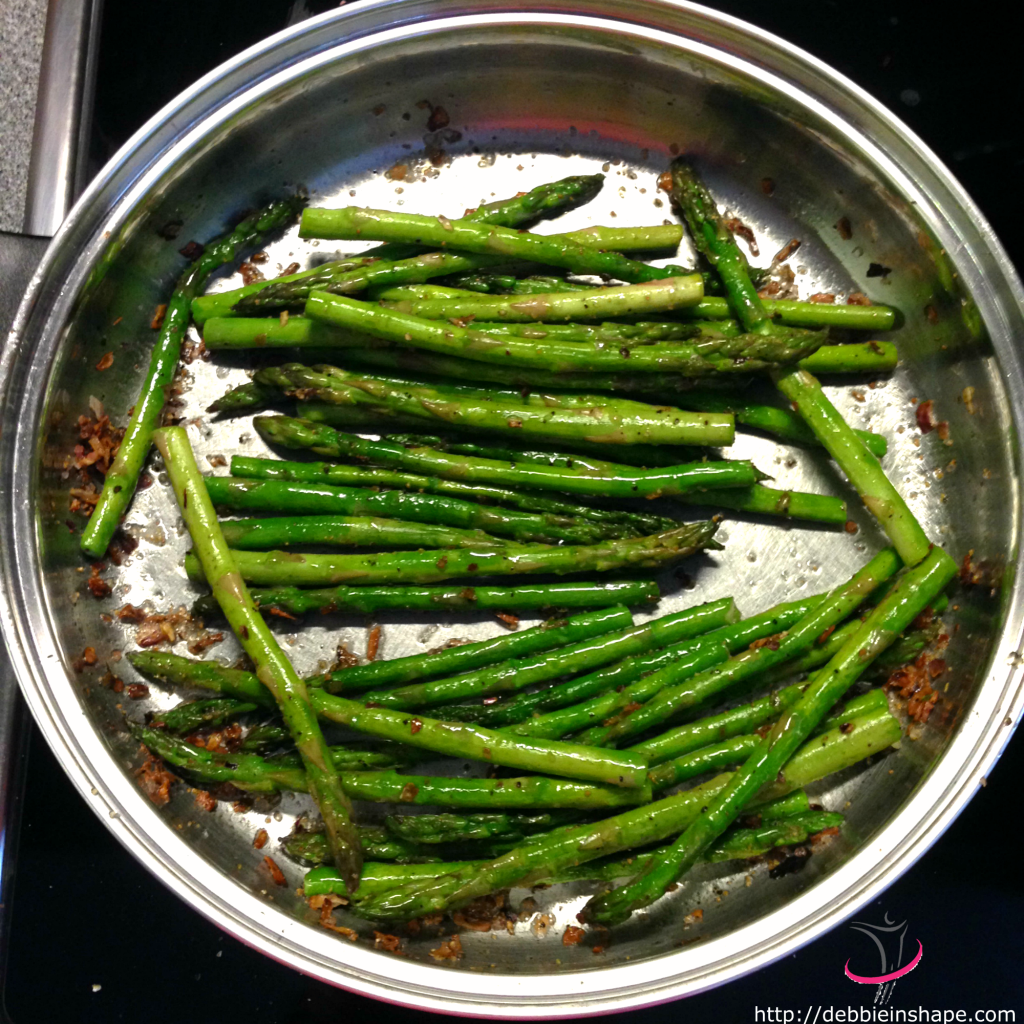 Ideal to eat right after cooking, these pan-fried asparagus are a healthy complement to any dish.